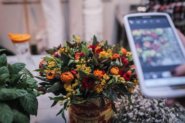 """סדנא לשזירת פרחים ב""""פארמה קולטורה"""" מושב בני ציון צילום: אסף רביבו"""